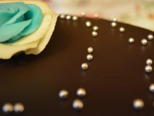 Čokoládový dort red velvet s marcipánem